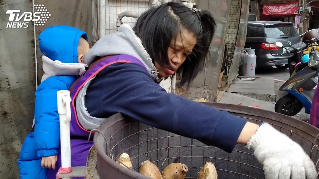 圖/中央社 單親媽背幼兒賣地瓜 努力賺錢爭取女兒回到身邊