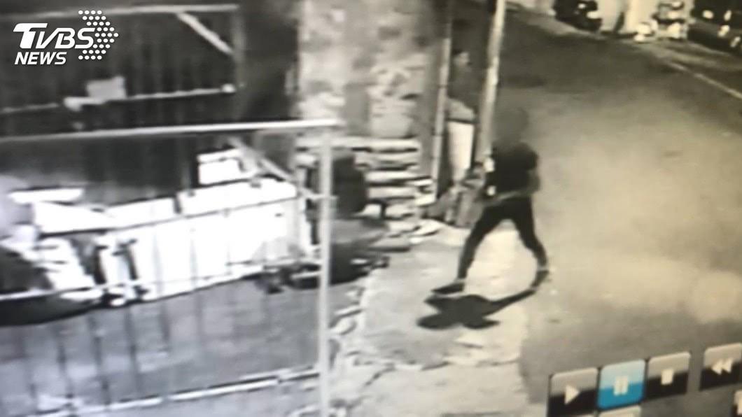 圖/TVBS 偷一整排民宅!賊鑽紗窗潛屋 竊3戶抱大豬公