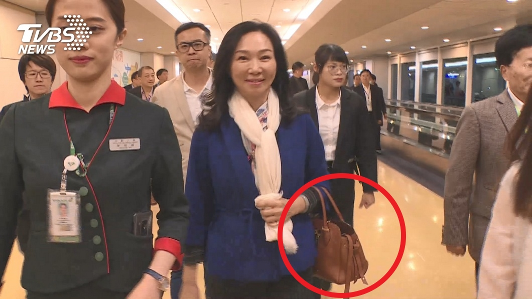 圖/TVBS資料畫面 李佳芬拎14萬名牌包遭諷 韓辦:庶民是一種心態