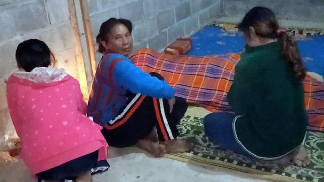 泰國1名單親父把家中3條毛毯全給8歲的女兒蓋上,結果自己半夜遭凍死。(圖/翻攝自推特) 把3條毛毯都給女兒蓋 父半夜被9度低溫凍死