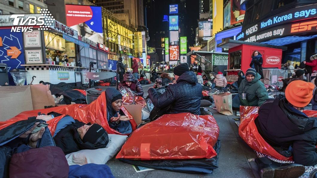 圖/達志影像美聯社 寒風中爬進睡袋 全球「街頭露宿」體驗街友處境