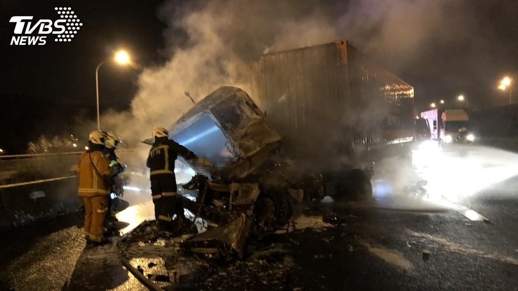 圖/桃園市政府消防局提供 國道1號龜山段火燒車 駕駛妻女逃生不及成焦屍