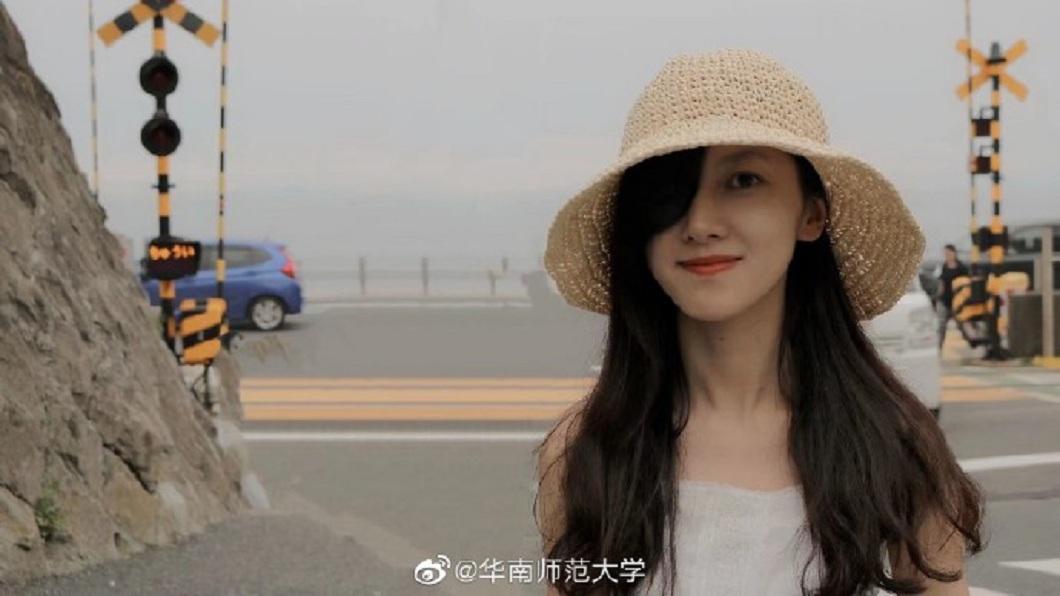 廣東一名正妹女師,小時候因罹患眼癌被迫摘除右眼。(圖/翻攝自微博) 缺陷化為助力!正妹女師眼癌摘右眼 自信生活學生讚賞
