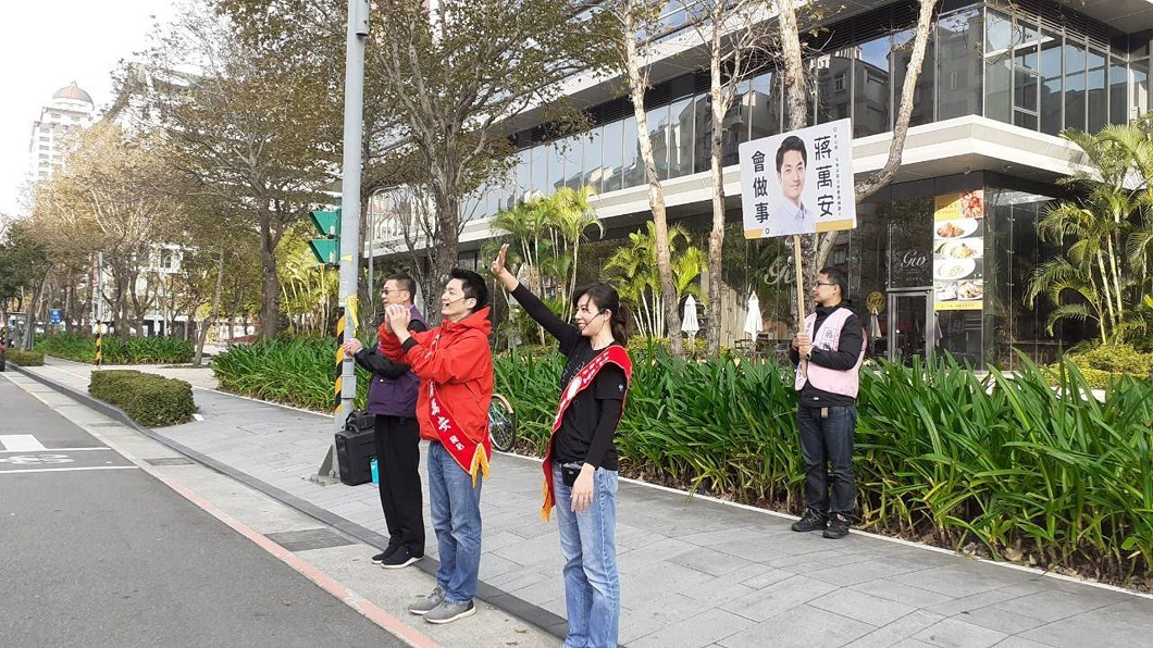 圖/蔣萬安競選團隊提供 選舉倒數衝刺! 蔣萬安偕妻站路口拜票爭取支持