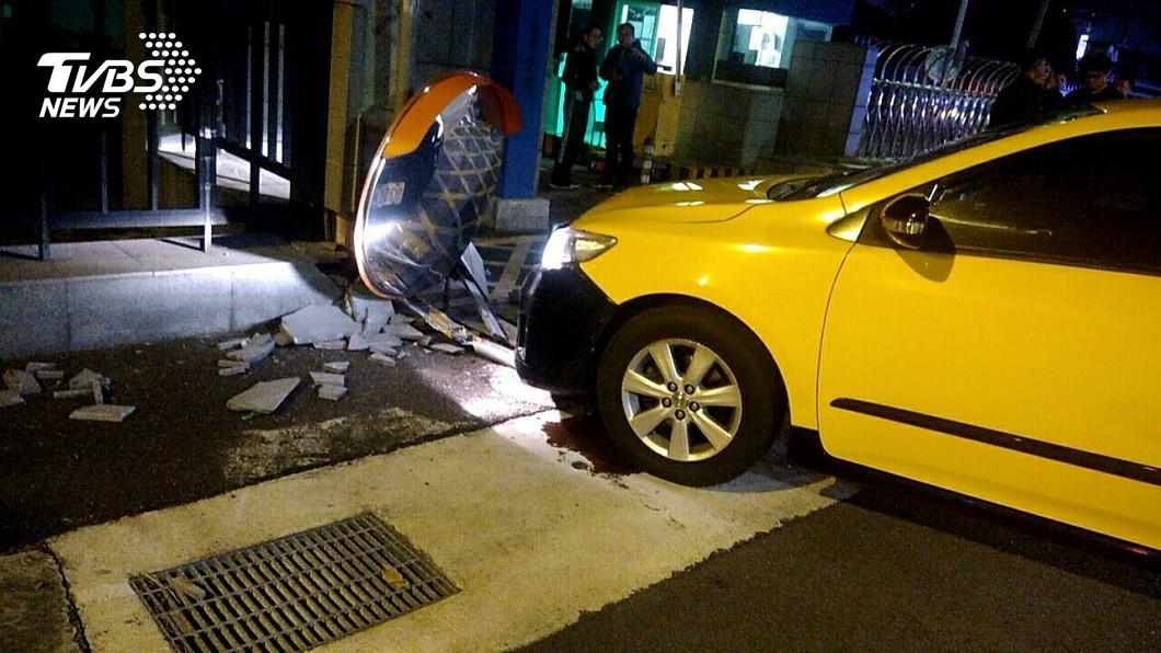 圖/TVBS 快訊/計程車猛撞國防部6號門 運將送醫命危