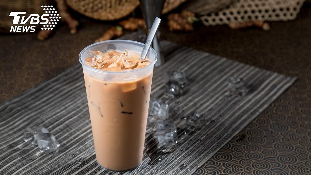 大陸掀起秋天的第一杯奶茶風潮,卻有人因此造成身體不適。(示意圖/Shutterstock達志影像) 婦跟風「秋天第一杯奶茶」喝完狂咳血 醫看體質搖頭