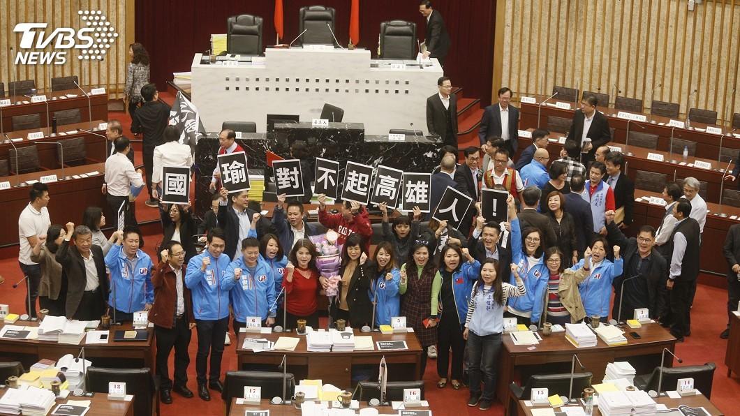 圖/中央社 高市議會混亂閉幕 綠舉牌抗議、藍高喊凍蒜