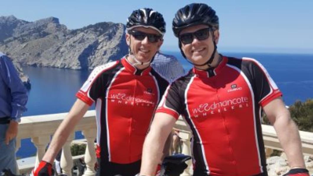 霍伊特(左)因熱愛自行車,用GPS系統畫圖在網路上爆紅。圖/翻攝自推特@anthoyte 男單車騎128公里 用GPS畫出「馴鹿」驚艷網友