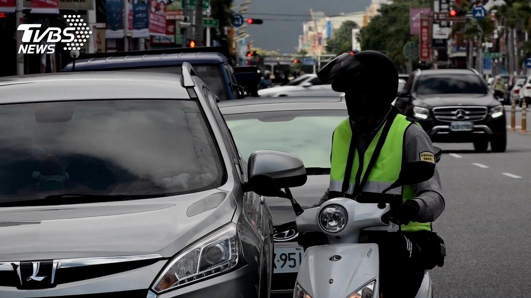 地方稅務機關結合路邊停車開單員稽查欠稅車輛。(圖片來源/ TVBS) 牌照稅繳了沒?開單員協助執法 欠稅車輛別想逃