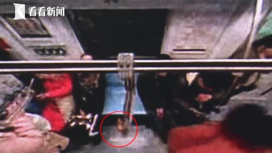 圖/翻攝自看看新聞 她帶亡夫骨灰搭地鐵忘了拿 乘客撿走稱:以為是吃的