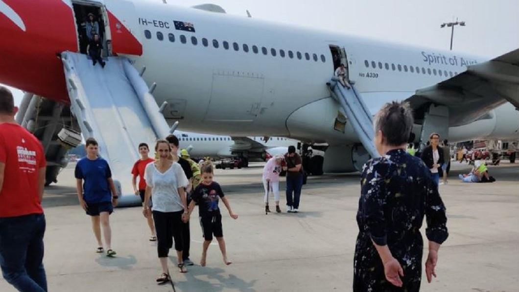 圖/翻攝自 evilhomer twitter 剛起飛機艙竟冒煙! 澳航迫降、旅客滑逃生梯獲救