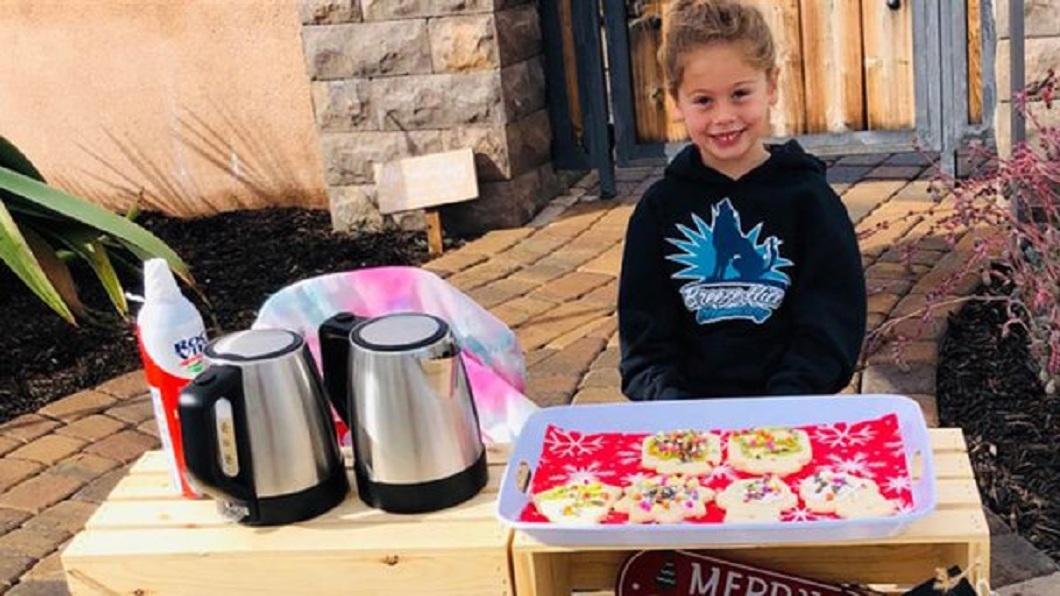 美國1名5歲女童發起義賣活動,所得的款項全都捐給學校幫助123名同學繳清營養午餐費。(圖/翻攝自推特) 同學沒錢繳午餐費 5歲女義賣幫123人籌措付清