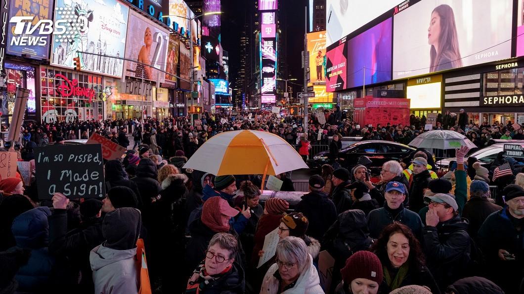 圖/達志影像路透社 示威群眾齊聚曼哈頓 高呼「彈劾川普讓他下台」