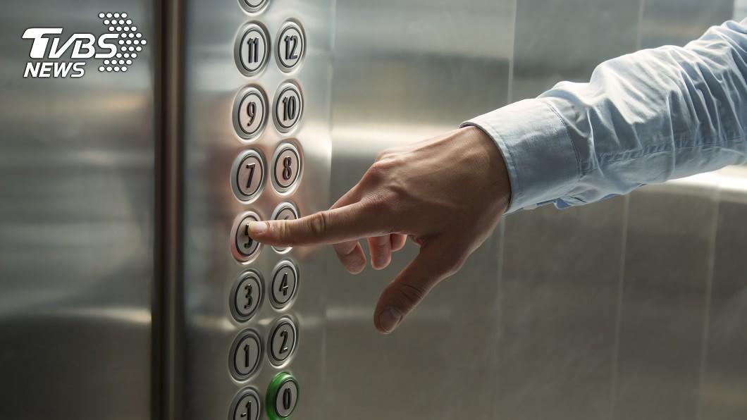 買房和租屋最怕遇到惡鄰居!示意圖/TVBS 惡鄰居衝進電梯秒按關門…他慘被夾氣炸:這可以報警嗎?