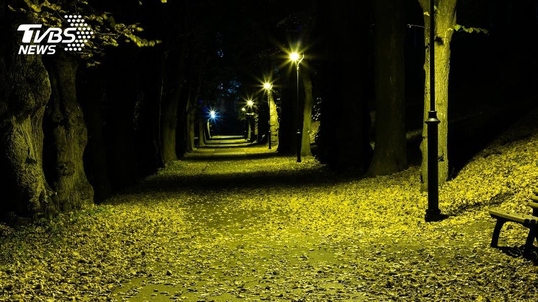 夜半時刻經過暗巷,常會讓許多民眾感覺毛毛的。(示意圖/TVBS) 半夜經過暗巷…見路邊坐1排「裸體男女」 路人險剉尿