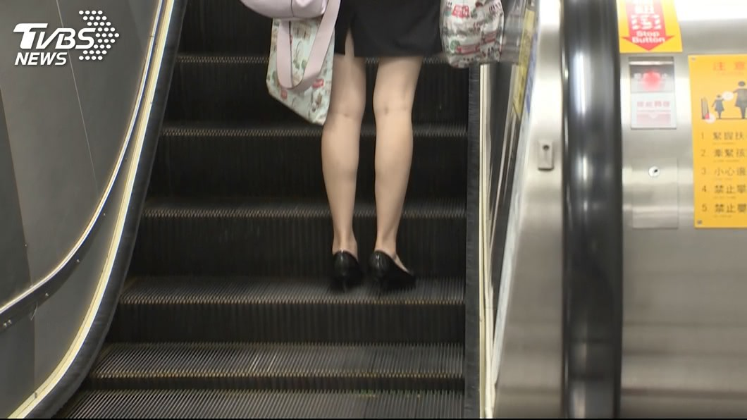 許多穿著短裙的女性搭乘手扶梯時,常得隨時小心注意是否有色狼偷拍。(示意圖/TVBS) 下衣失蹤?妹仔搭手扶梯上樓 「絕對領域」盡露超誘惑