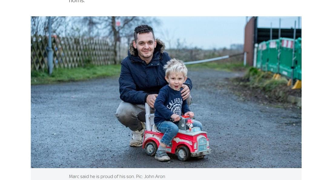 騎著玩具車的斯諾登和爸爸 (圖/翻攝自sky news) 爸爸癲癇發作!3歲童開「車」求救 民眾嚇壞忙帶離