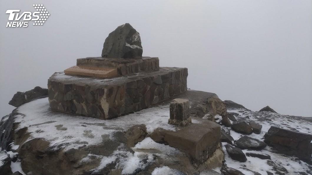 圖/玉管處提供 玉山降初雪步道結冰 玉管處加強柔性勸導
