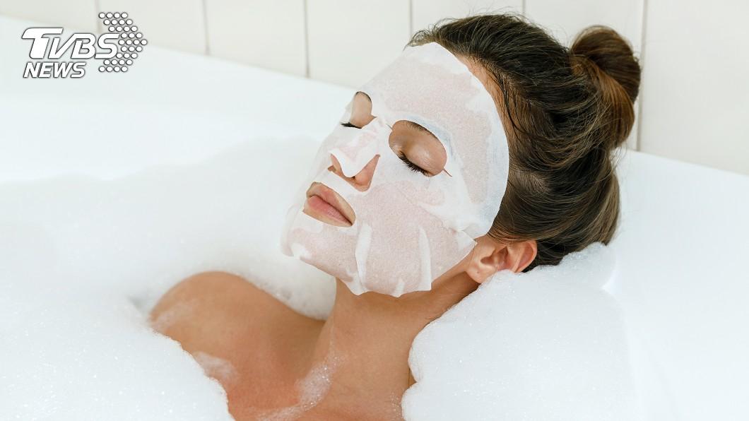 現今不論男女都會有敷面膜保濕的習慣。示意圖/TVBS 面膜究竟要敷多久? 醫師揭「最佳時間」