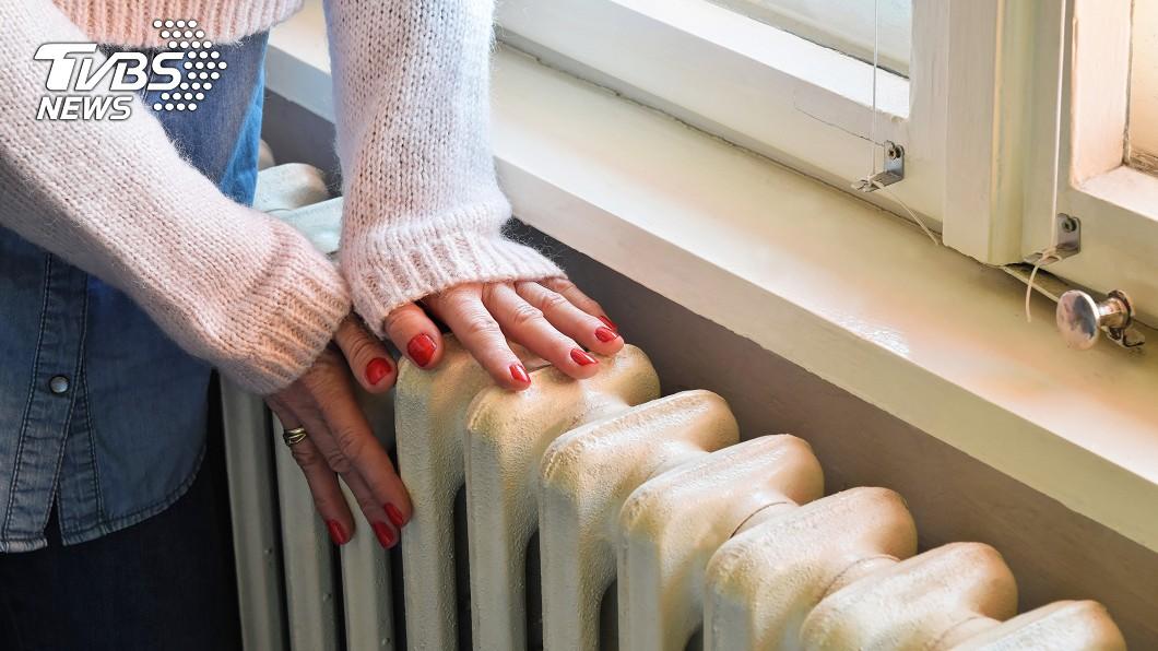 很多人都拿出保暖小物防寒。示意圖/TVBS 暖氣開整夜!隔天起床喉嚨爆痛「喝水像被劃傷」