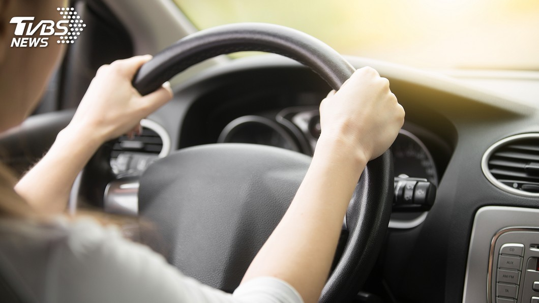 美國1名女子日前開車時,撞死在路邊等校車的3姊弟。(示意圖/TVBS) 慟!女三寶撞死3姊弟緩刑 母怒衝上前毆打反被告