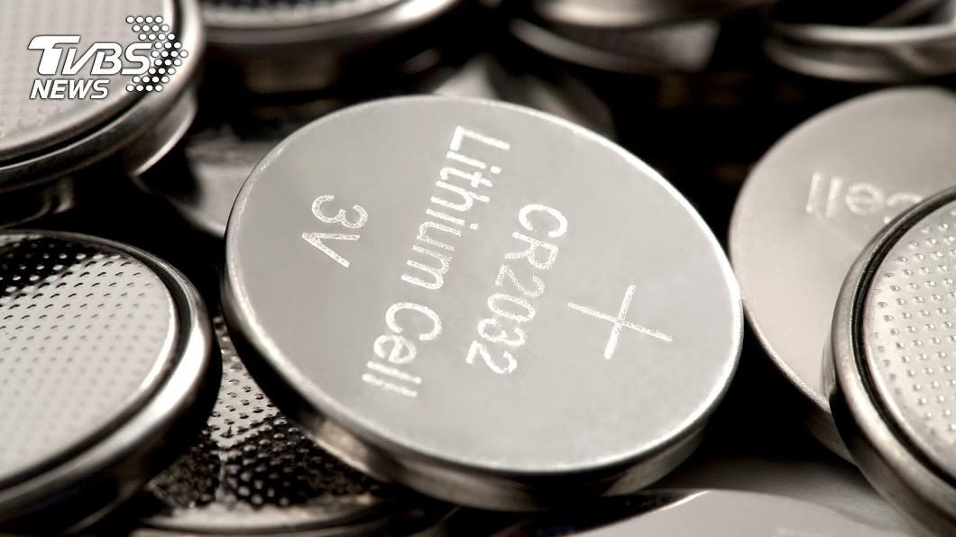澳洲1名女童誤把20顆鈕扣電池當成糖果吞下肚。(示意圖/TVBS) 真好吃!2歲女把20顆電池誤當糖果吞 母驚呆急送醫