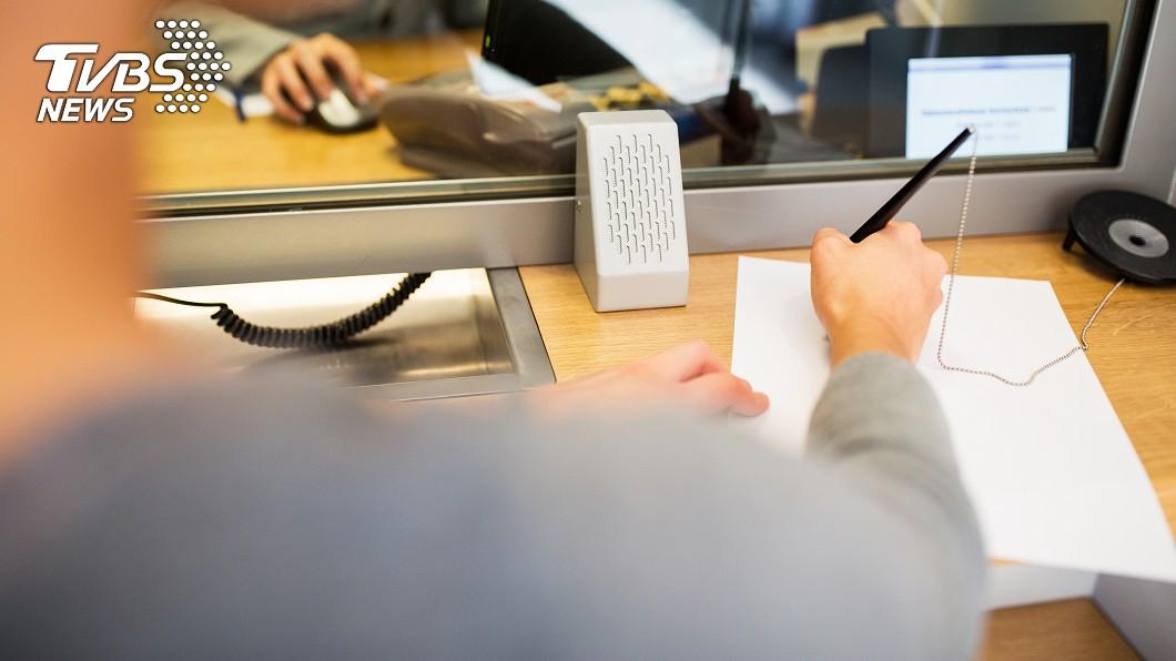 銀行為何要把筆綁住?示意圖/TVBS 銀行為何要把筆綁住? 過來人親揭慘痛經驗