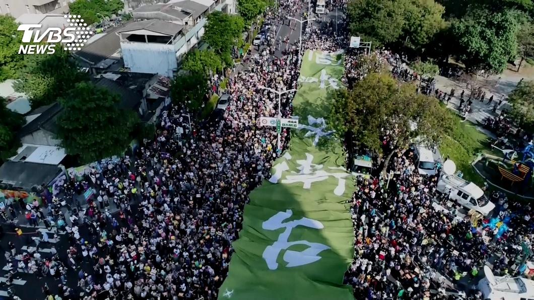 21日在高雄市舉辦的罷韓遊行,主辦單位宣稱有50萬人上街頭。(圖/TVBS) 罷韓號稱50萬人 蔡正元酸膨風6倍:以為台灣人好騙?