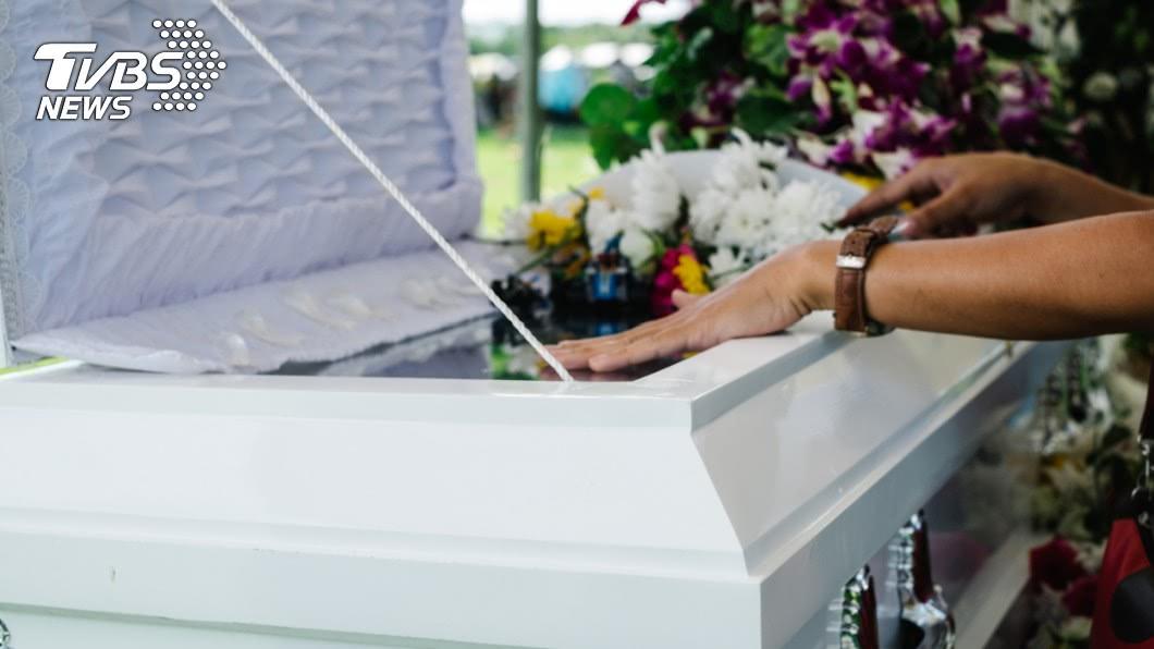 按照民間喪葬習俗,家屬會擺上飯菜祭拜往生者。(示意圖/TVBS) 殯儀館的「拜飯」怎處理?知情者揭密曝真相