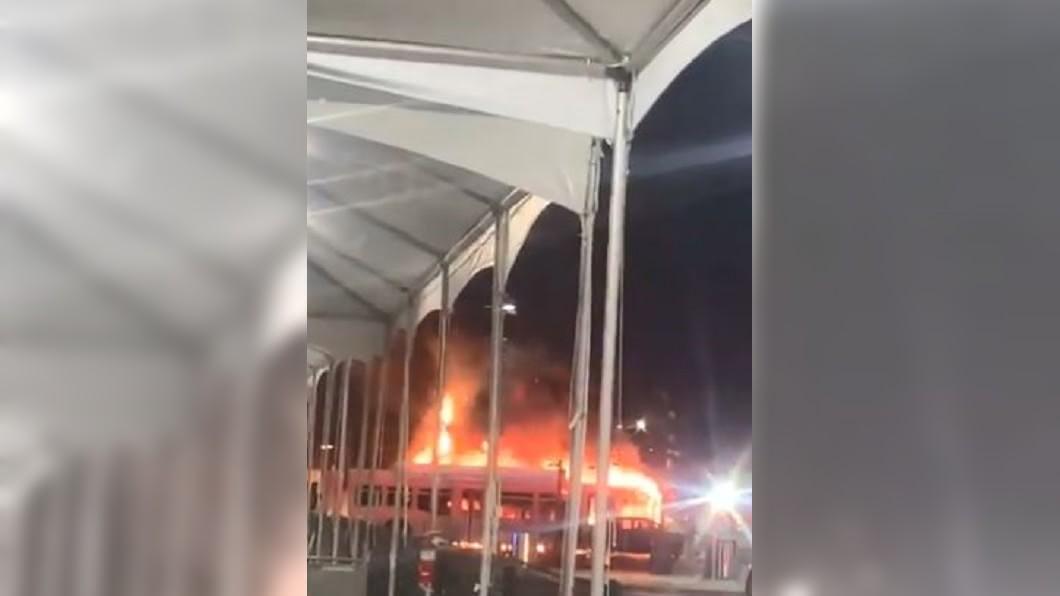 圖/翻攝自banana_news_247 twitter 洛杉磯機場巴士起火 火球爆炸衝天際