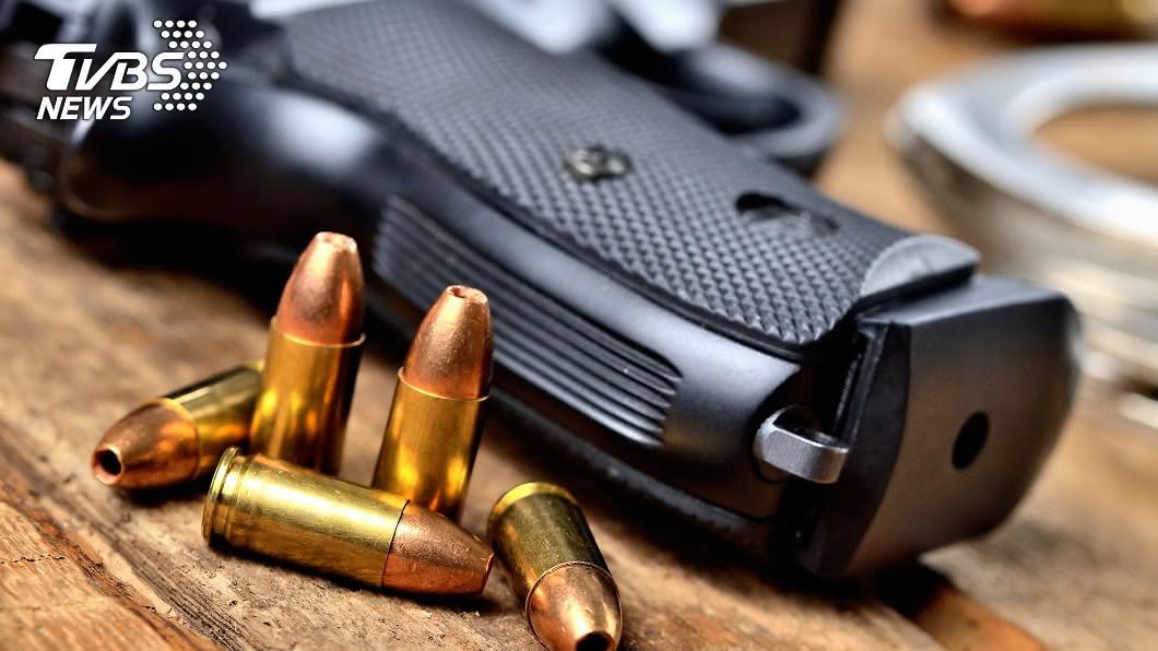 澳洲1名9歲男童把玩槍枝誤射打中6歲的妹妹。(示意圖/TVBS) 粗心老爸清理槍枝沒收好 9歲哥把玩打傷6歲妹