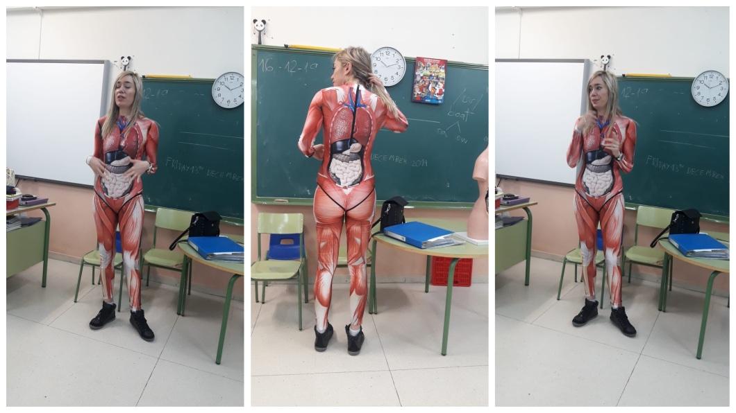 1名女老師把人體器官服穿上給學生教學,網友們大讚超有創意。(圖/翻攝自推特) 超認真!她換上「人體器官服」 創意教學成網路紅人