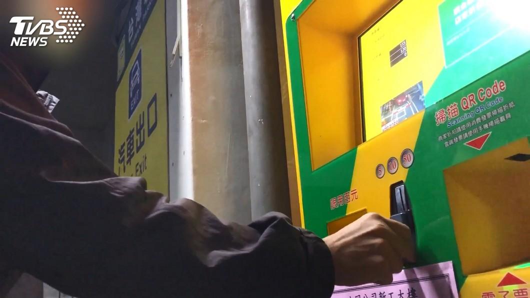 不少人都有把車停在停車場的經驗,要離開前得先到自動繳費機繳費。(圖/TVBS) 臨停車費收2.2萬元 拒收千元鈔讓車主繳費超崩潰