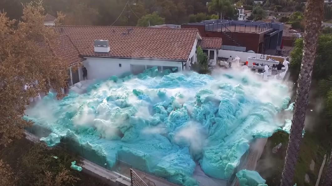 圖/翻攝自Nick Uhas YouTube 「大象牙膏」瘋狂實驗 藍泡沫大爆炸淹後院