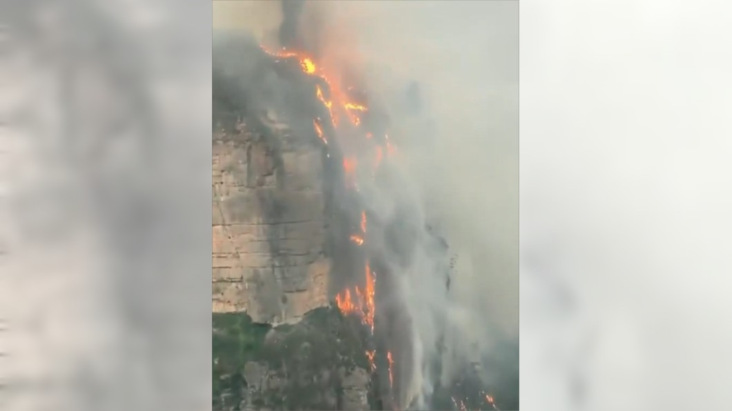 圖/翻攝自James ༀ Barrett 推特 藍山公園驚現火瀑布 澳洲野火燒掉7個新加坡