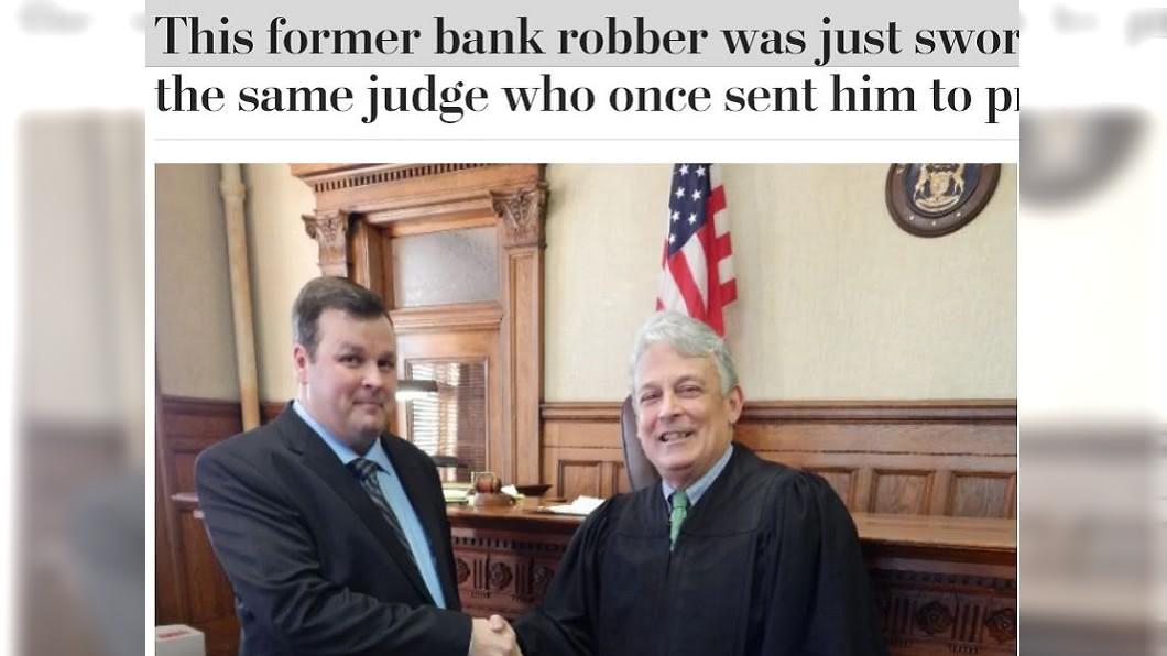 范蘇梅倫(左)上個月邀請法官史密斯(右)為他主持就職儀式。圖/翻攝自華盛頓郵報 搶劫犯20年後成為律師 邀判他入獄法官主持就職儀式