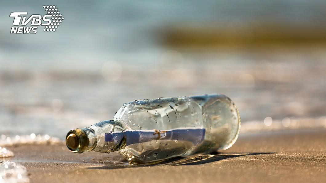 示意圖/TVBS 奇蹟!淨灘撿到漂流瓶 靠瓶中信找回37年前小學生