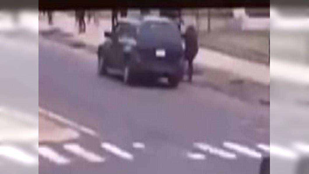 圖/翻攝自Inside Edition YouTube 超猛神力員警 徒手拉車阻止撞行人