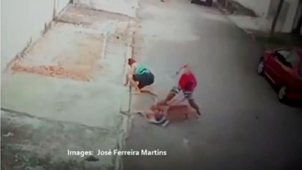 1名凶狠的比特犬在大街上朝1名4歲男童攻擊,咬傷他的脖子。(圖/翻攝自YouTube) 4歲男童被比特犬咬脖子 20歲失業男徒手搏鬥救人