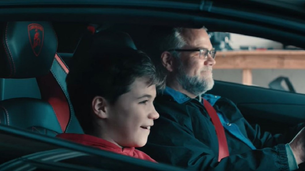 圖/翻攝自Lamborghini YouTube 耶誕節父子大驚喜 藍寶堅尼出現在車庫