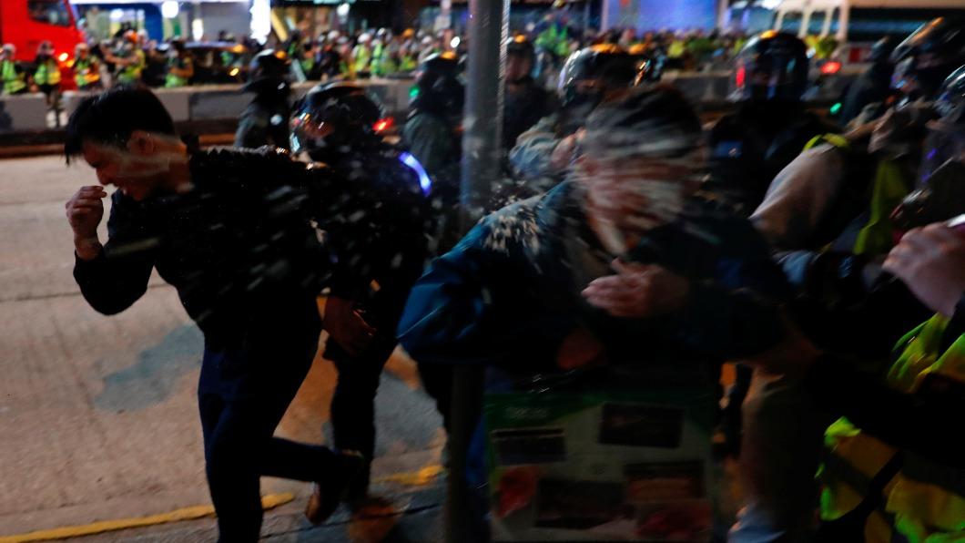 圖/達志影像路透 耶誕不快樂!香港多區商場警民火爆對峙
