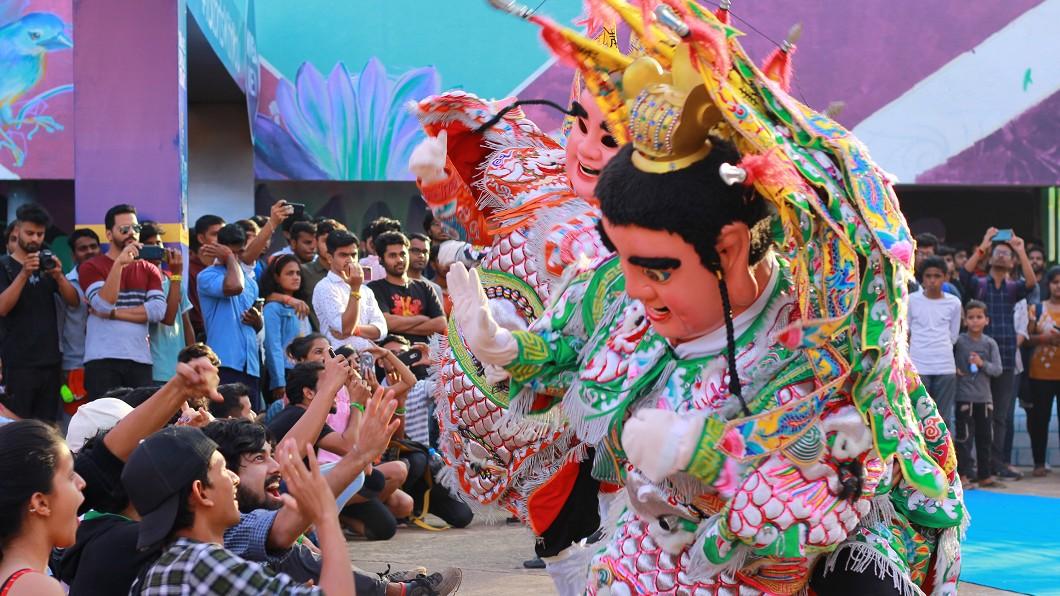 圖/駐印度代表處教育組提供 九天民俗技藝團孟買演出 展現台灣廟會文化