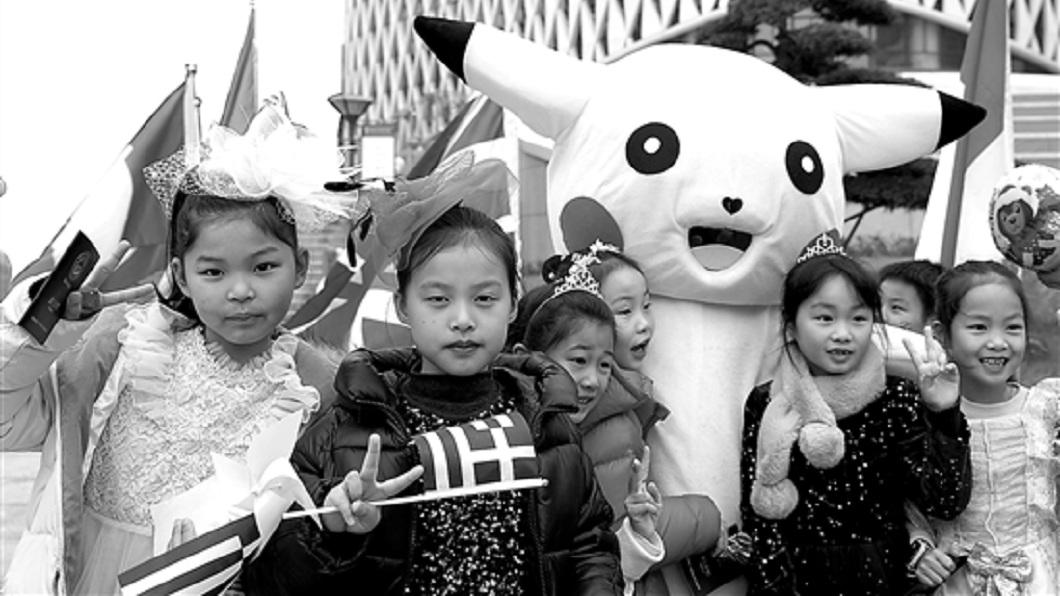 杭州1名母親日前穿著皮卡丘人偶裝現身學校,引發全校師生紛紛合照。(圖/翻攝自陸網) 套上皮卡丘人偶裝 超狂媽現身校園師生揪合照