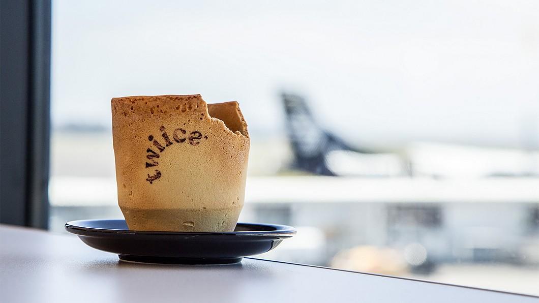 紐西蘭航空為了減少平均每年消耗掉的800萬個紙杯,推出可食用的餅乾咖啡杯,用創意減少垃圾量。(圖/紐西蘭航空提供) 機上咖啡杯可吃! 機艙座椅環保創意變錢包