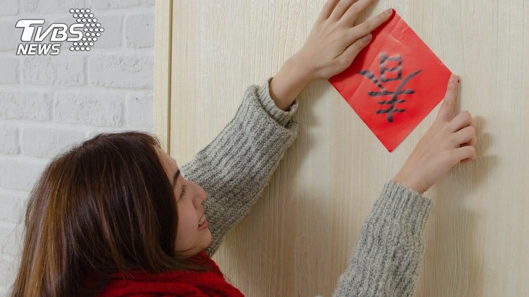 過年不少民眾會在家門貼上春聯。(示意圖/shutterstock 達志影像) 過年春聯怎麼貼?把握「最佳方法」讓你好運旺旺來