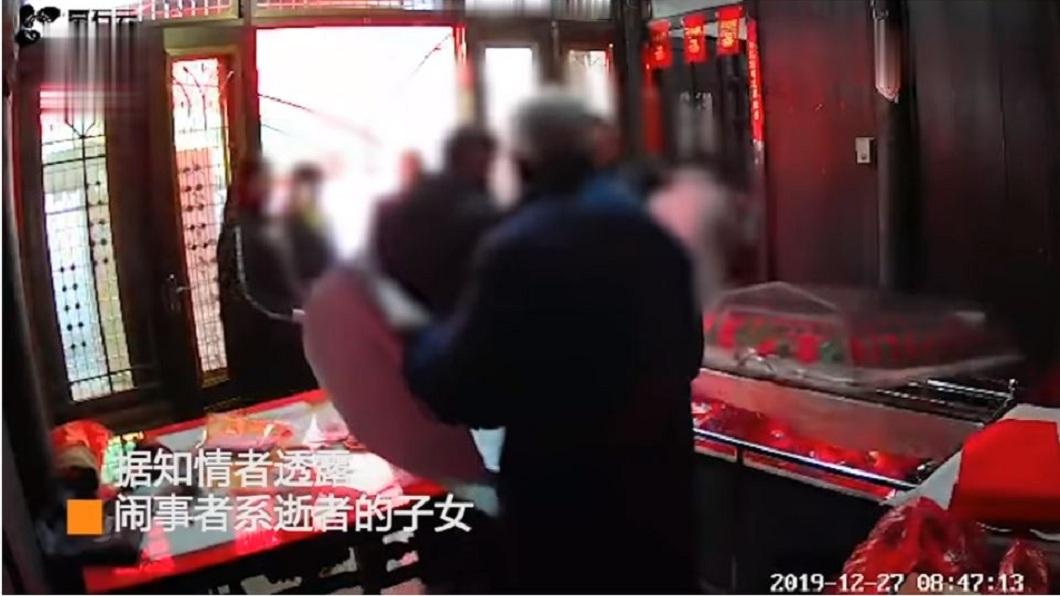 大陸江蘇日前1處靈堂,遭人闖入大鬧還對遺體不敬。(圖/翻攝自YouTube) 父拋家棄子40年 子女掀棺摑遺體罵:死也不讓你好過