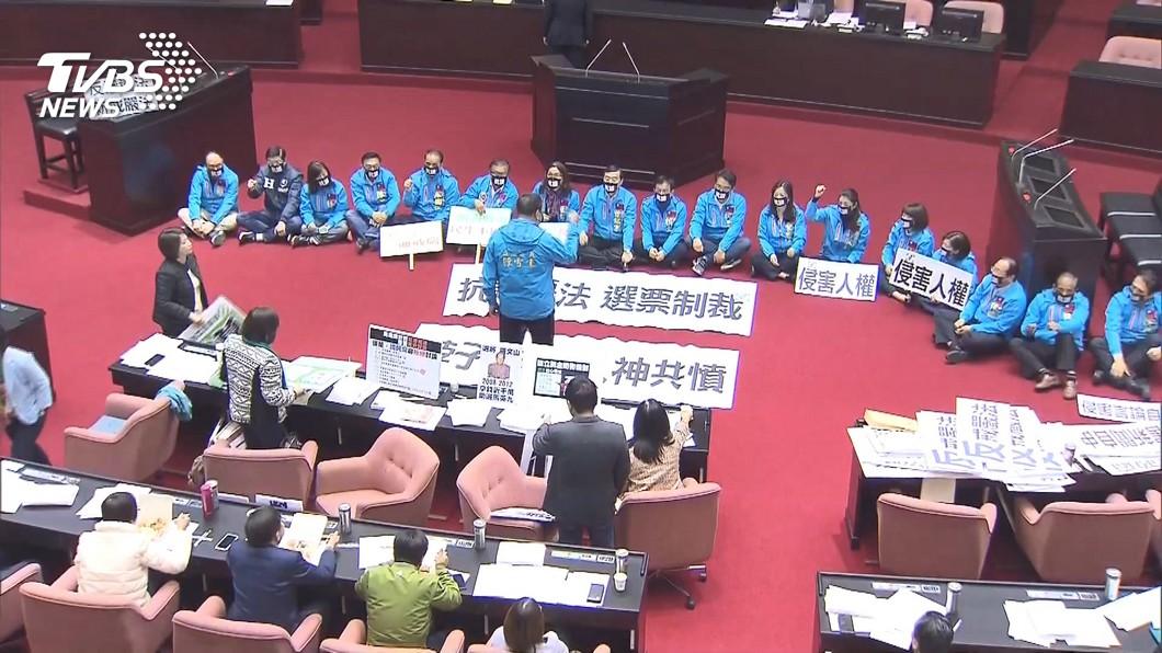 國民黨立院黨團在反滲透法審議當天戴口罩靜坐抗議。(圖/TVBS資料畫面)  反滲透法公布並提配套 藍指立法匆促、綠反駁