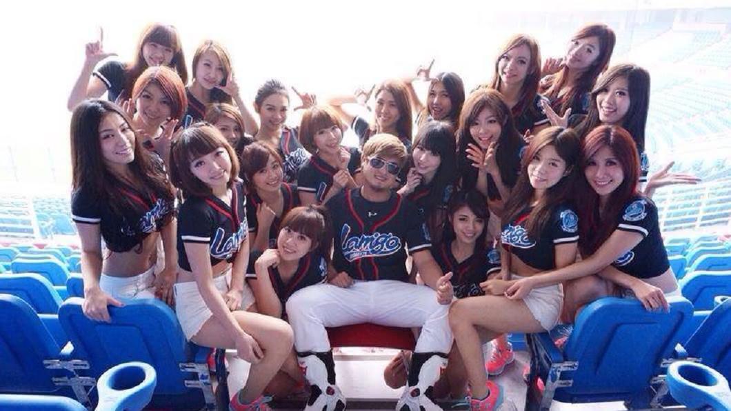 阿誠(中)擁有不少粉絲支持。圖/翻攝自Rakuten Girls臉書 啦啦隊長想拚生子 竟將粉絲當ATM要「斗內」