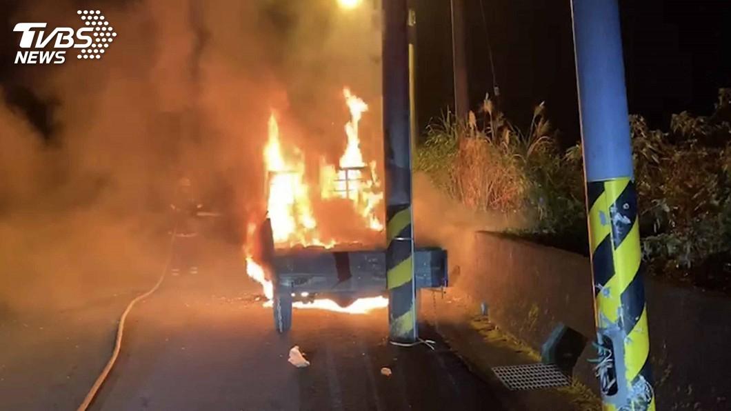 圖/苗栗消防局提供 銅鑼暗夜火燒車駕駛失蹤 車主驚:不知道誰開走的