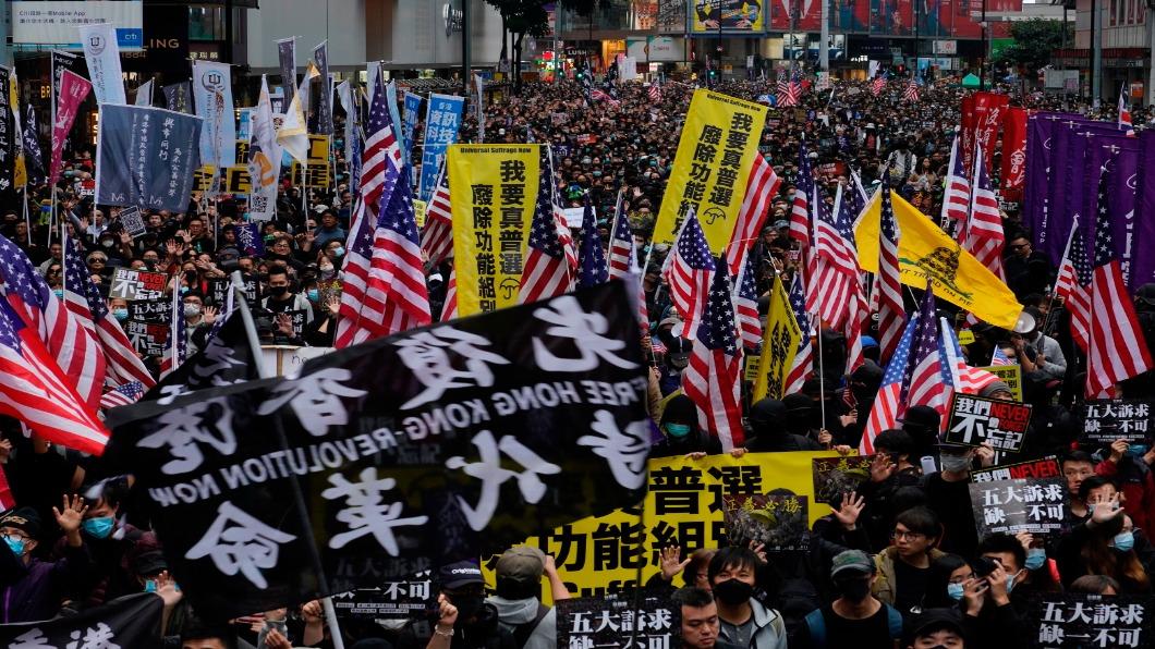 圖/達志影像美聯社 香港元旦百萬人爭民主 警腰斬遊行逮400人